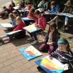 Wir malen auf den Leinwänden